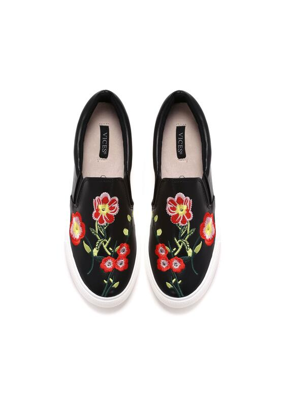 Czarne Slip On Falls in Love